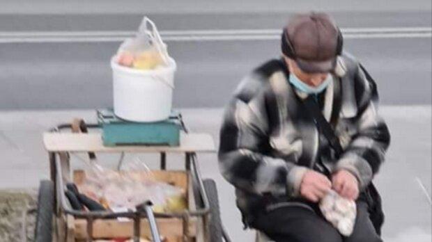 Starszy pan sprzedający jabłka/ Facebook @Kobus