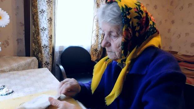 Stara kobieta płakała i pisała list. Została zupełnie sama. Nie widziała swojej córki od 10 lat