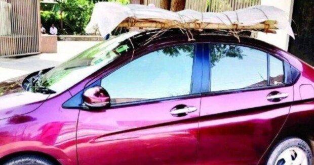 Mężczyna przewozi ciało ojca samochodem/ Twitter @Zoom News