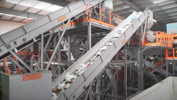 Segregacja odpadów / YouTube: Fabryki w Polsce