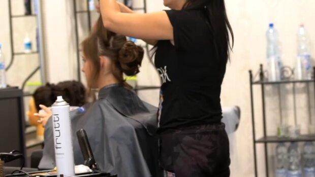 Salon fryzjerski/ YouTube @cyfrowestudio1